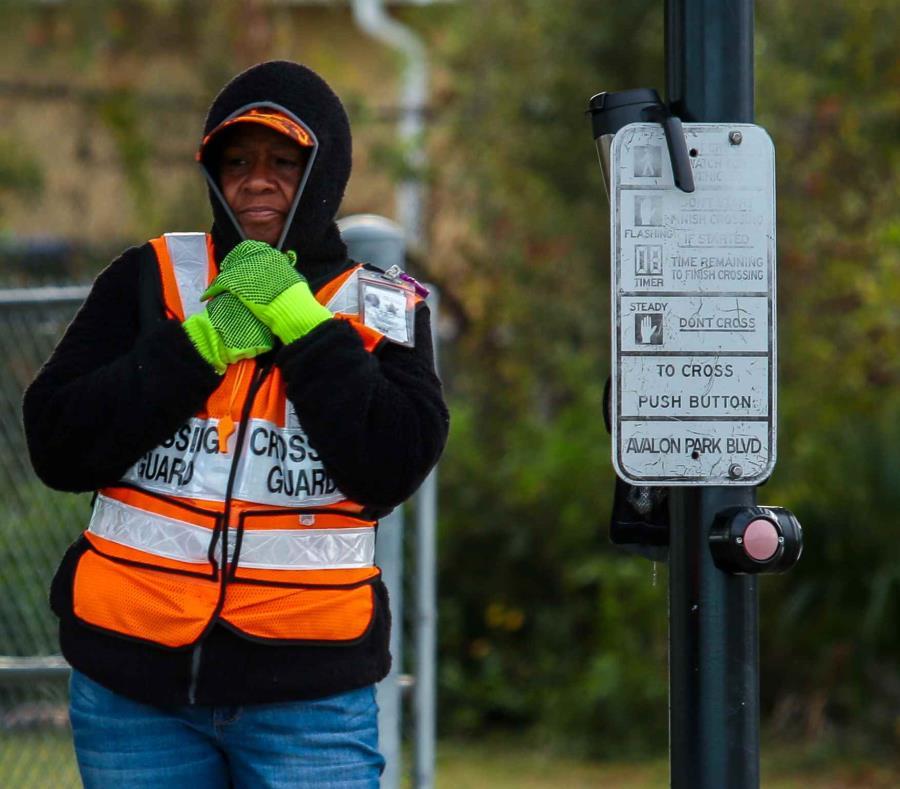Una guardia de cruce de peatones se abriga por el frío que impacta Florida. (semisquare-x3)