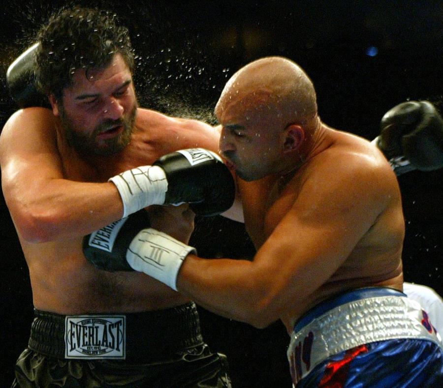 John Ruiz (izquierda) y Fres Oquendo intercambian golpes  durante el séptimo asalto de su combate en Nueva York. (semisquare-x3)