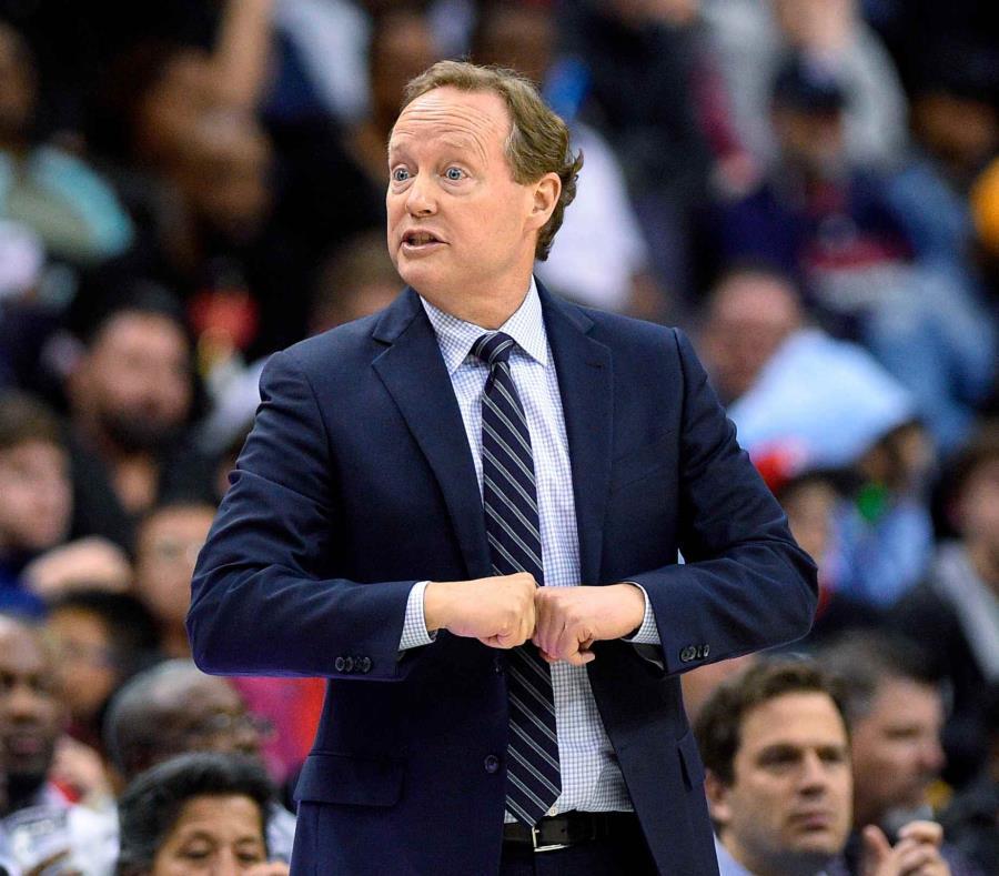 En esta imagen del 6 de abril de 2018, el coach de los Hawks de Atlanta, Mike Budenholzer, durante la segunda mitad del juego ante los Wizards de Washington en Washington. (AP) (semisquare-x3)