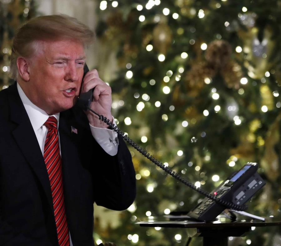Donald Trump da detalles de la trayectoria de Santa Claus desde la Casa Blanca. (AP) (semisquare-x3)