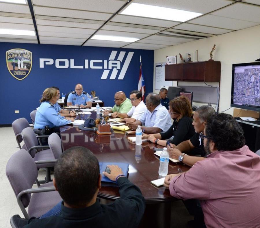 El Negociado de la Policía durante una reunión con representantes y miembros de grupos sindicales (semisquare-x3)