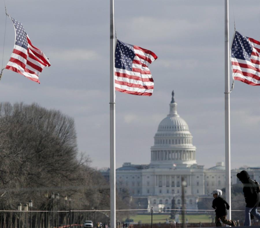 Tres banderas de EE.UU. ondean a media asta en Washington D.C. (semisquare-x3)