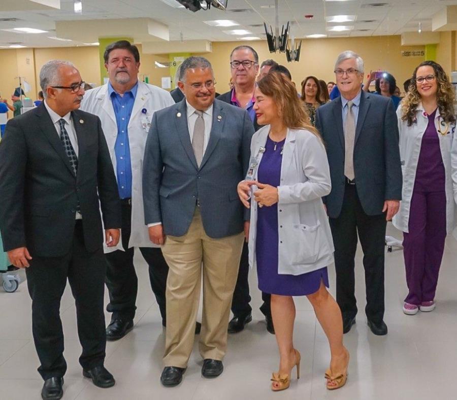 Al centro, Rubette Harford, presidenta de Atlantis, le muestra las renovadas instalaciones a Raúl Maldonado, secretario de la gobernación (extrema izquierda) y a Rafael Rodríguez, secretario de Salud. (Suministrada) (semisquare-x3)