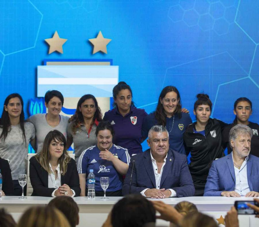 La Asociación del Fútbol Argentino realizó el anunció junto a varias jugadoras argentinas. (AP/Daniel Jayo) (semisquare-x3)