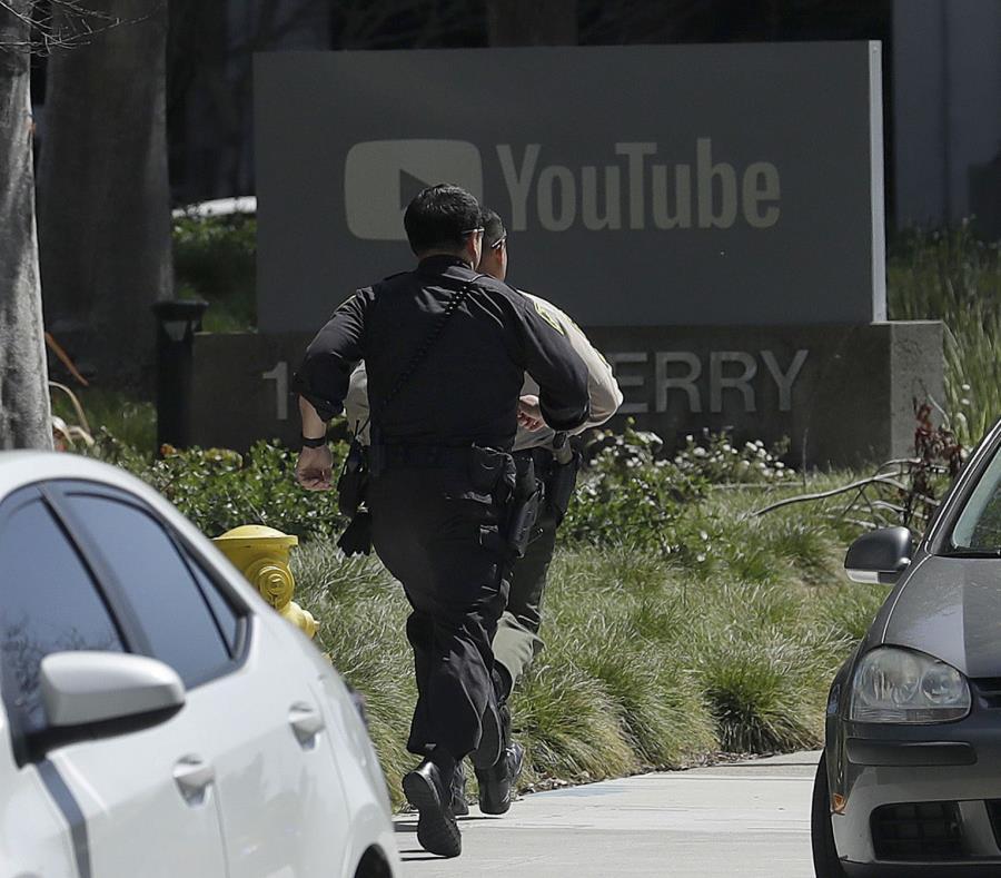 Oficiales de la Policía de San Bruno se movilizan para entrar a las oficinas de YouTube en respuesta a un tiroteo. (AP / Jeff Chiu) (semisquare-x3)