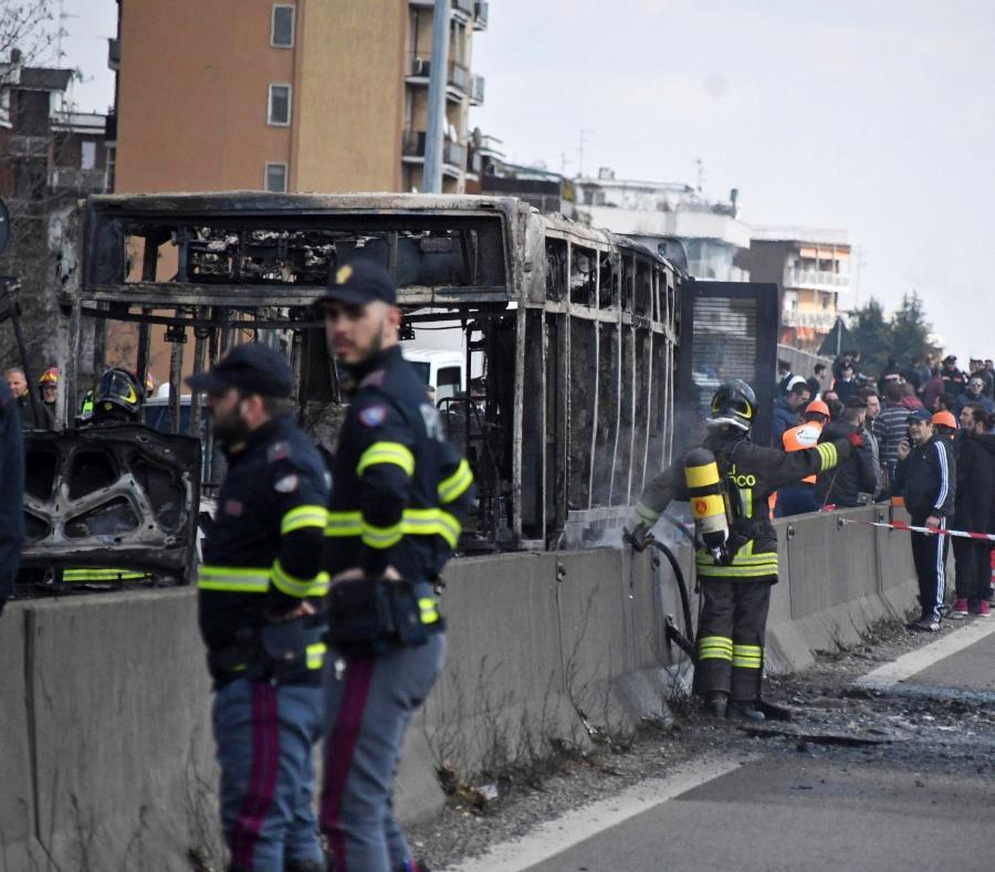 Hombre incendia autobús con niños a bordo; logran escapar