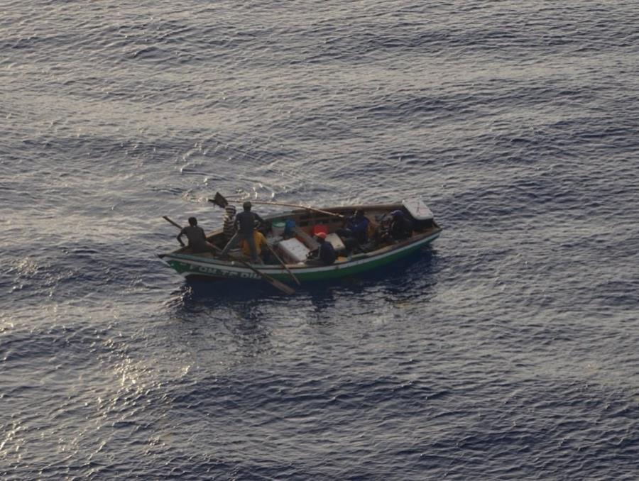 Algunos viajeros publicaron imágenes del pequeño bote en sus redes sociales. (Twitter) (semisquare-x3)