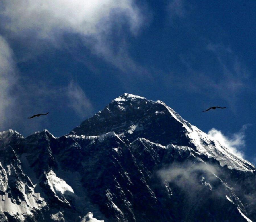 la cima del Everest alcanza los 8,848 metros (29,028 pies) sobre el nivel del mar (semisquare-x3)