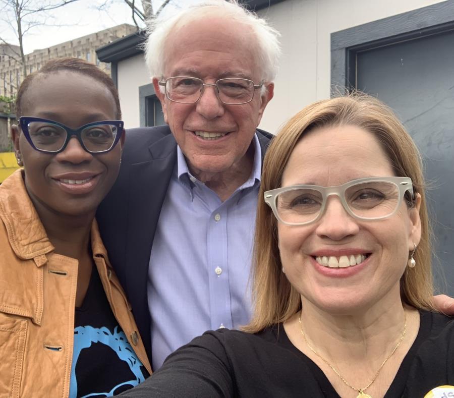 La alcaldesa de San Juan, Carmen Yulín Cruz, a la derecha, acompañada del senador Bernie Sanders, en el centro, y la senadora del estado de Ohio, Nina Turner, a la izquierda (semisquare-x3)