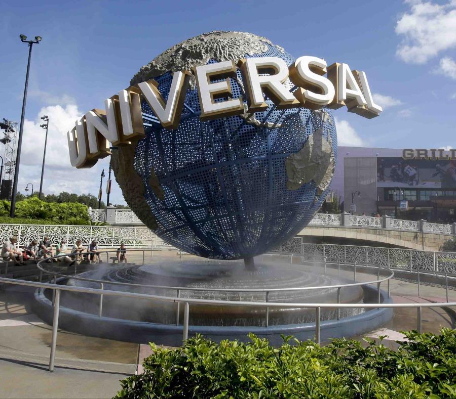 Fotografía de archivo del 22 de octubre de 2015 de visitantes de un parque temático descansado con rocío de agua en el globo en Universal Studios City Walk en Orlando, Florida (semisquare-x3)