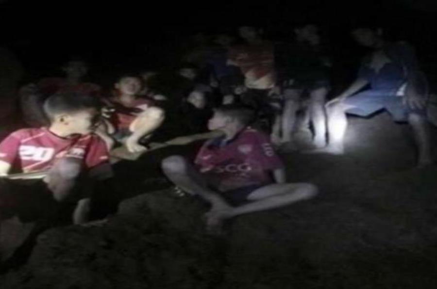 Fotografía cedida por el Real Ejército de Tailandia que muestra a los 12 menores y su entrenador, rescatados de la cueva Tham Luang Nang Non (semisquare-x3)
