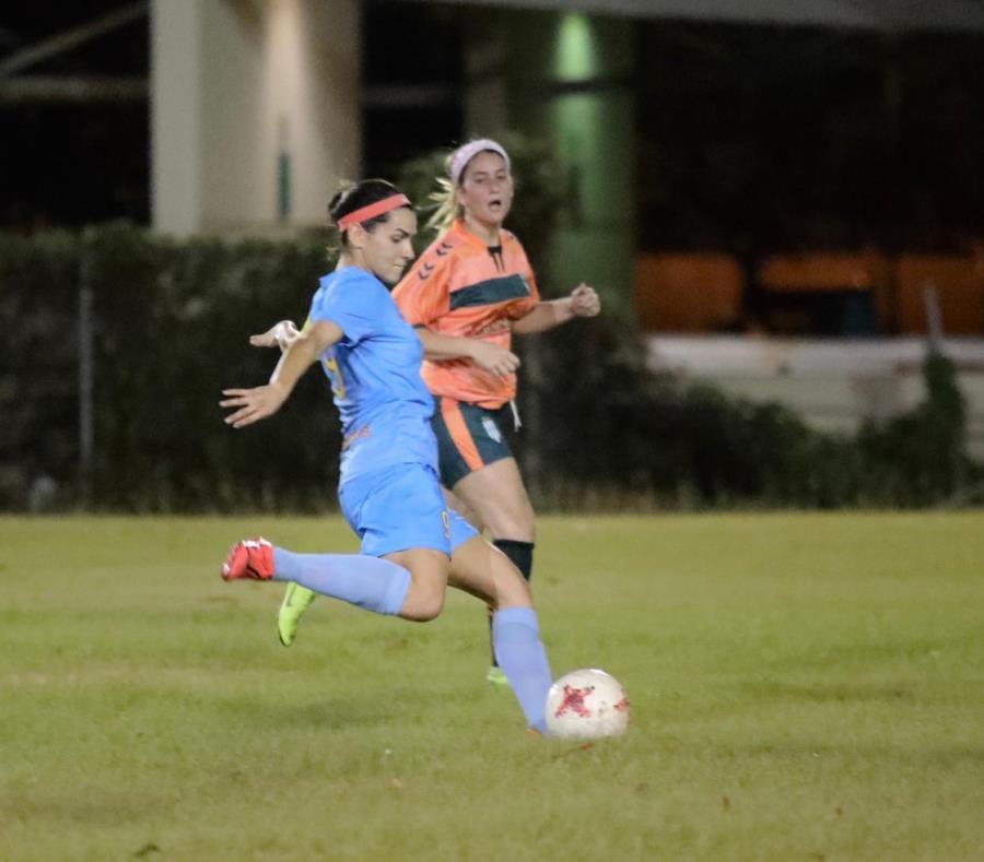 Karina Socarrás (azul) es una de las principales jugadoras del club Challengers SC que disputará la final femenina en Bayamón. (Suministrada) (semisquare-x3)