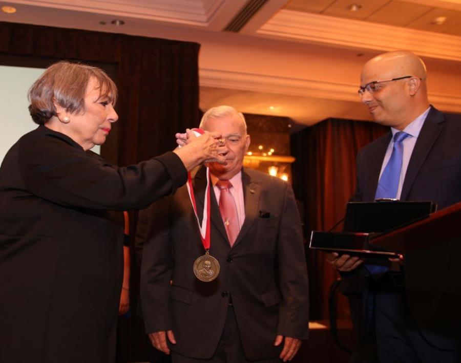María Victoria 'Melo' Muñoz hace entrega de la medalla junto a Héctor Ferrer, presidente del PPD. (semisquare-x3)