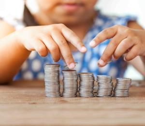 A educar a la niñez sobre el manejo del dinero