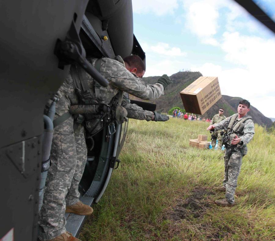 Soldados de la Guardia Nacional llevan comida y agua al sector Damián Arriba de Orocovis. (semisquare-x3)