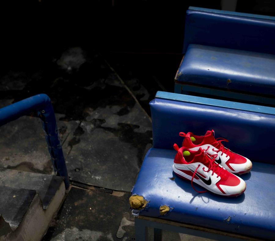 La imagen muestra un par de zapatos nuevos de béisbol, encima de un viejo banquillo en la cueva de los Tiburones de La Guaira, antes del primer juego de la temporada ante los locales Leones del Caracas. (AP) (semisquare-x3)