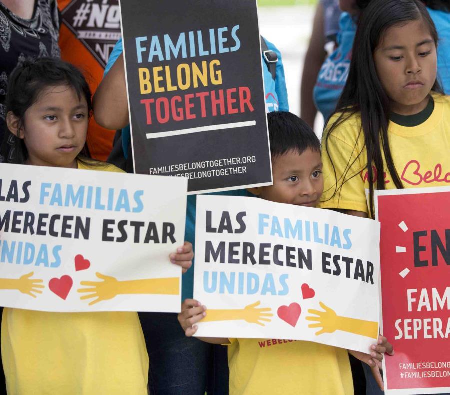 Situaciones parecidas ocurren a diario en cortes federales en Texas y Arizona, donde docenas de inmigrantes comparecen por cargos de ingresar ilegalmente a Estados Unidos tras viajar desde Centroamérica. (AP / Wilfredo Lee) (semisquare-x3)