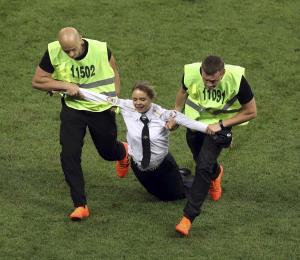 Unos activistas invaden la final del Mundial en Rusia