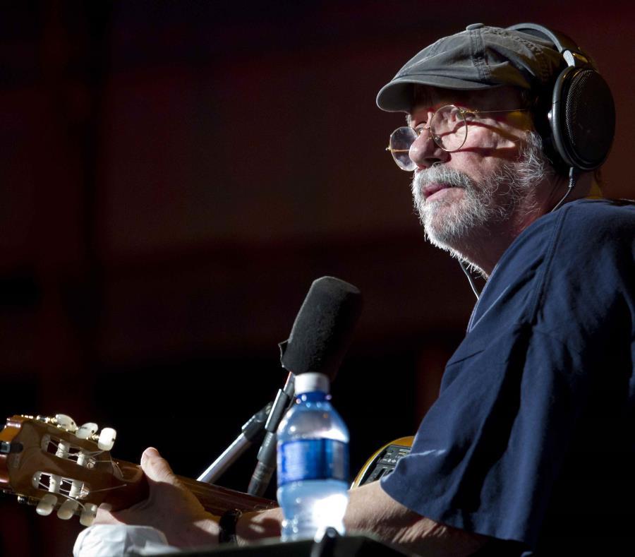 El cantautor cubano Silvio Rodriguez durante un concierto de la Gira Interminable, que realizó por los barrios de la capital cubana, en La Habana, Cuba. EFE (semisquare-x3)