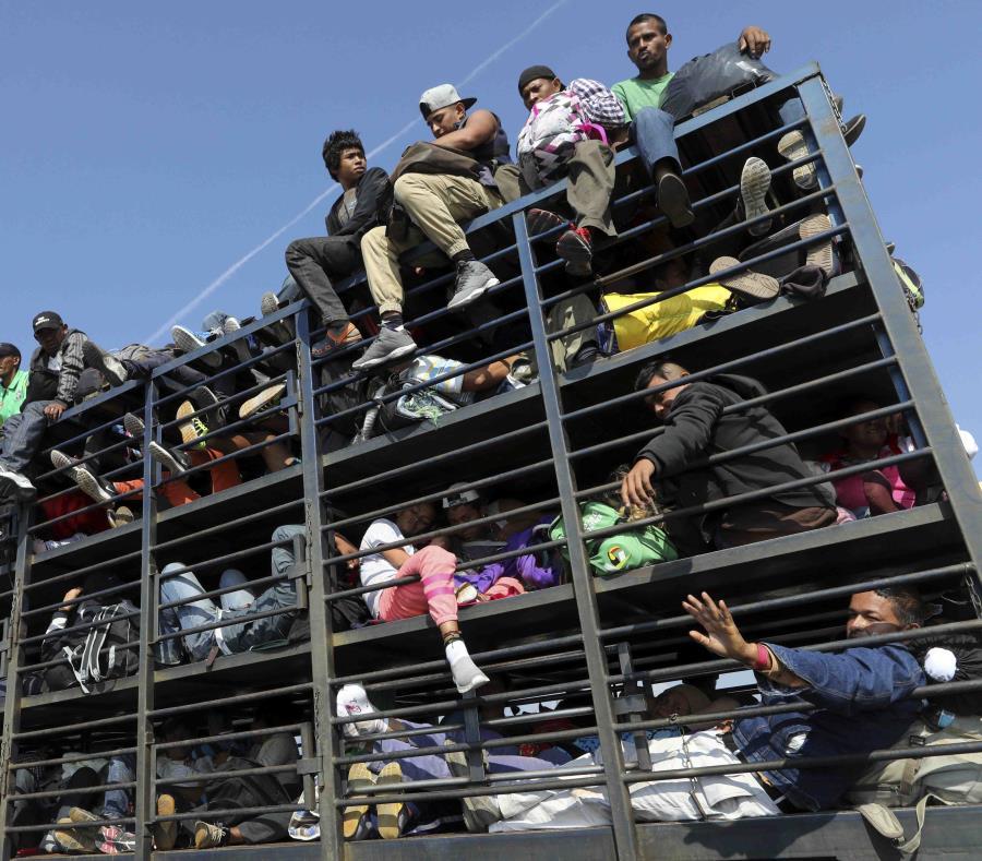 Migrantes centroamericanos que viajan con una caravana hacia Estados Unidos se desplazan en un camión en Celaya, México, ayer domingo (semisquare-x3)
