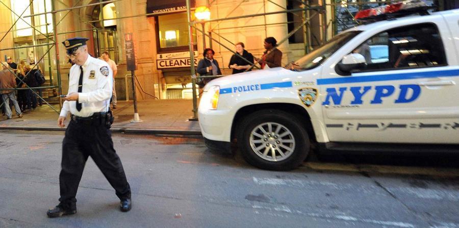 Imagen de un agente y una patrulla de la Policía de Nueva York (NYPD). (EFE) (horizontal-x3)
