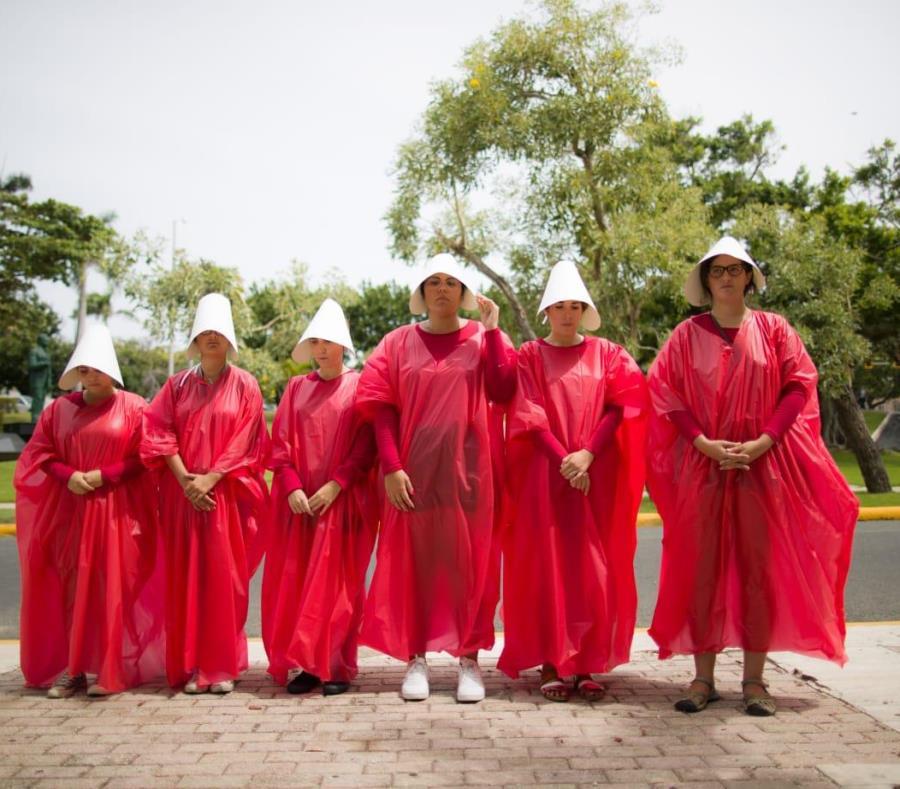 """Un grupo de mujeres hace una manifestación a favor del aborto utilizando unos atuendos similares a los de la serie """"The Handmaid's Tale"""". (semisquare-x3)"""