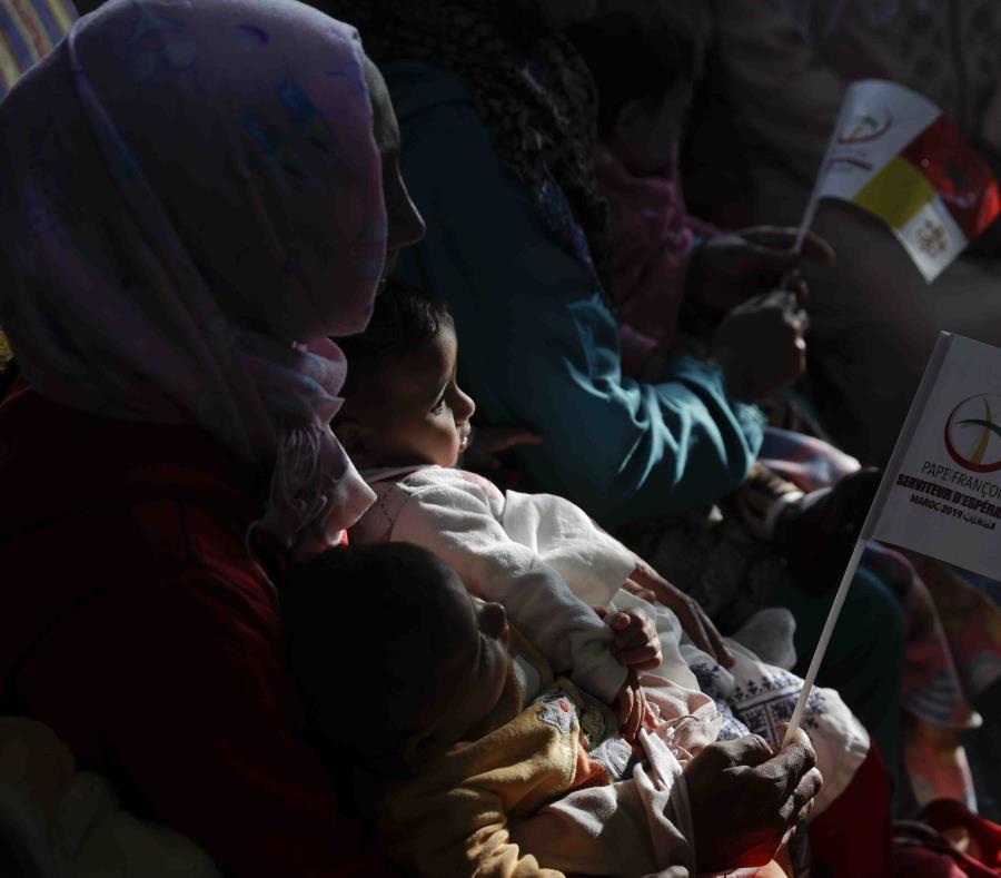 Una mujer sostiene a su hijo mienras espera la llegada del papa Francisco en un Centro Rural de Servicios Sociales en Temara, al sur de Rabat, Marruecos, el domingo 31 de marzo de 2019. (AP Foto/Gregorio Borgia) (semisquare-x3)