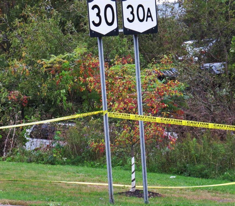 Una limusina, izquierda, se ha estrellado en un bosque tras un choque fatal en Schoharie. (semisquare-x3)