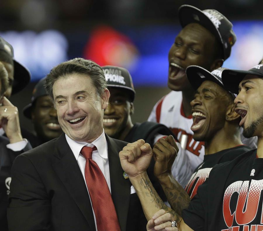 El dirigente Rick Pitino y el quinteto de Louisville que ganó el campeonato de la NCAA en el 2013. (AP) (semisquare-x3)