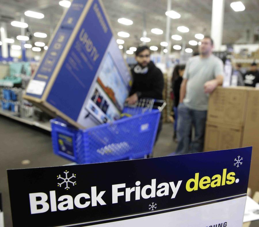 Las personas personas hacen fila en Best Buy de Kansas. (AP) (semisquare-x3)