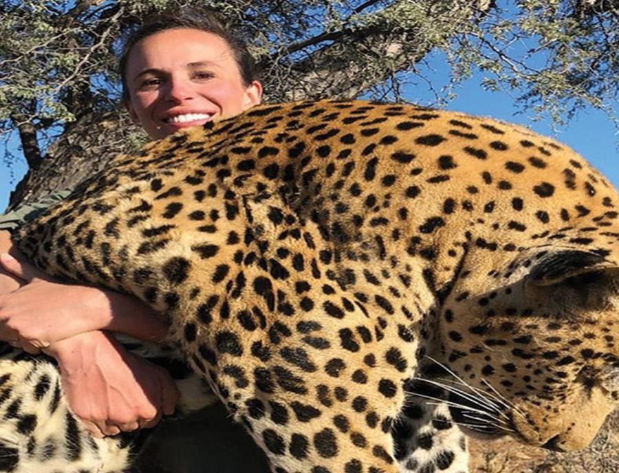 Mata a un leopardo, posa sonriendo para la foto y es repudiada por el mundo entero (semisquare-x3)