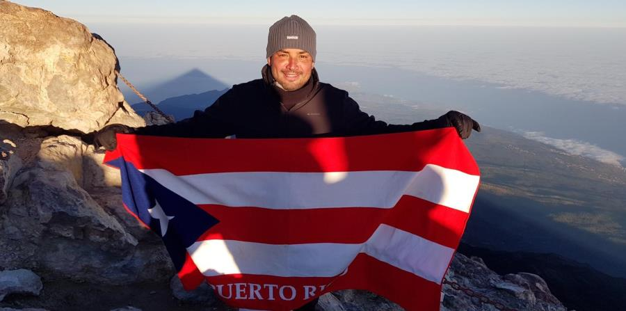 Manny Manuel alzó la bandera de Puerto Rico en marzo en el pico más alto de España, el tope del volcán el Teide en Tenerife. (Suministrada) (horizontal-x3)