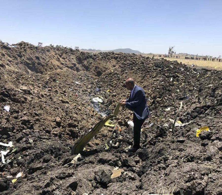director general de Ethiopian Airlines, Tewolde Gebremariam, viendo los escombros de un avión que se estrelló (semisquare-x3)
