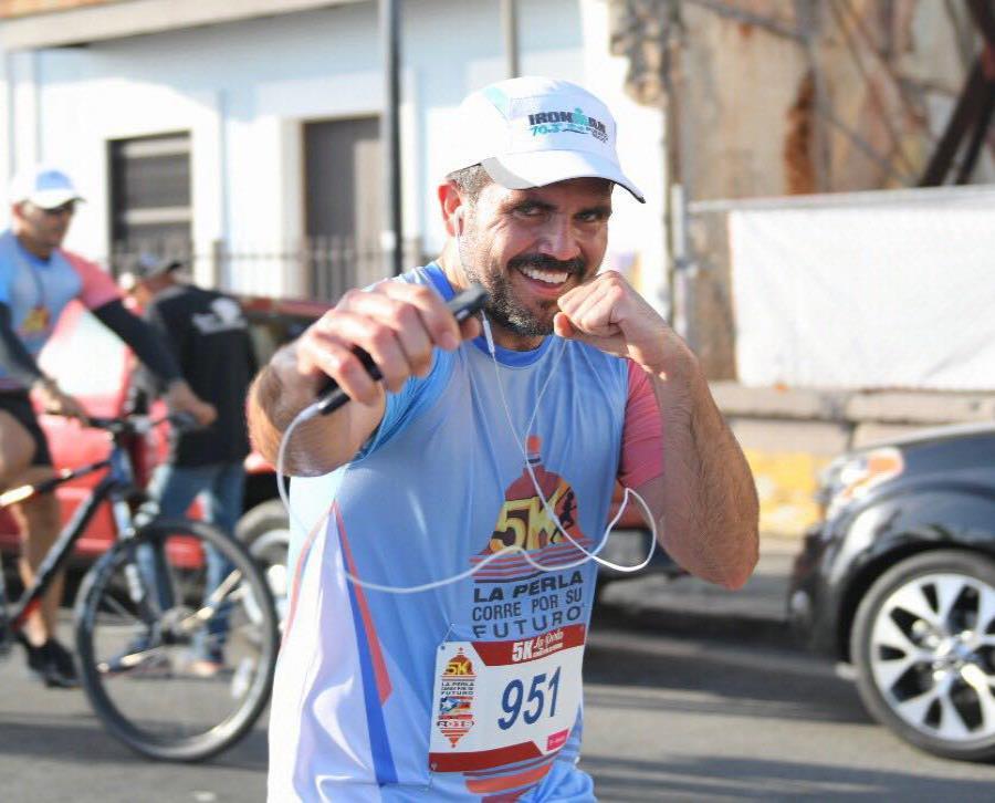 Rosselló fue uno de los 1,500 corredores que participaron del evento. (Imagen tomada del Facebook Ricardo Rosselló) (semisquare-x3)
