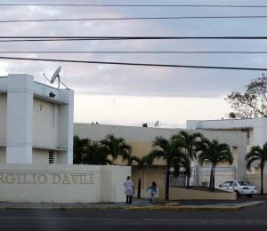 Impiden el acceso a personal de agencias de gobierno en un residencial en Bayamón
