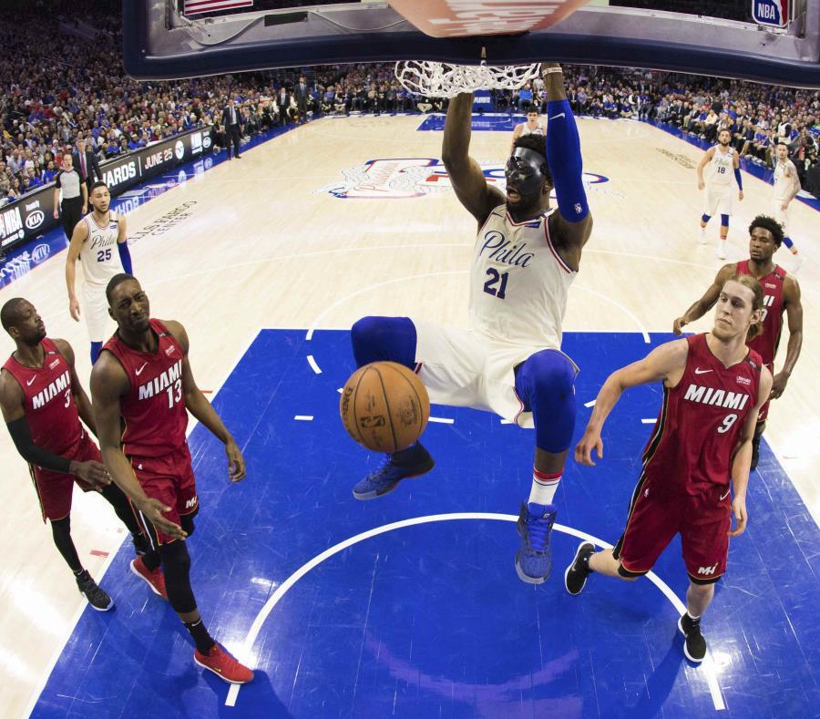 Joel Embiid donquea el balón sobre la defensa del Heat. (AP) (semisquare-x3)