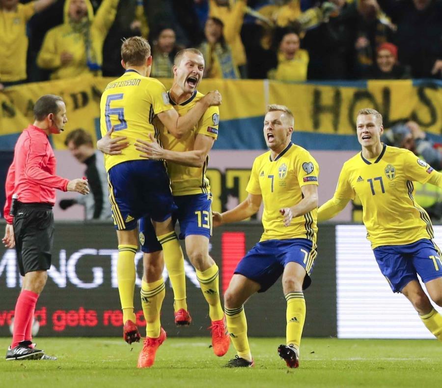 01Jakob Johansson, tercero desde la izquierda, festeja tras marcar un gol para Suecia en el partido contra Italia por el repechaje europeo para la Copa Mundial. (semisquare-x3)