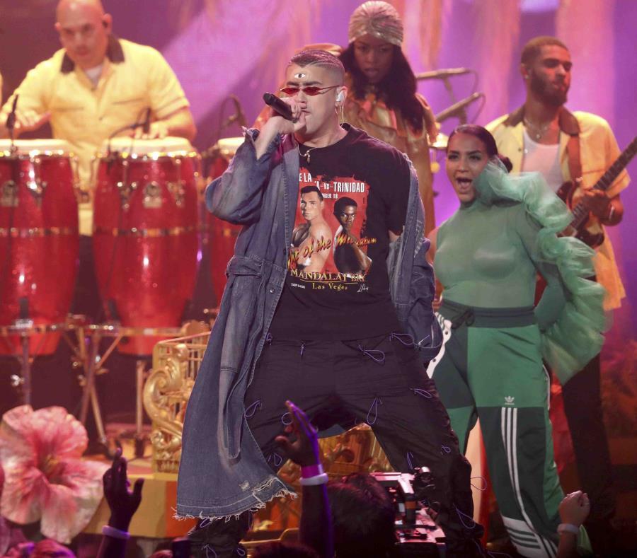 Bad Bunny el martes pasado durante su participación en los American Music Awards. (AP) (semisquare-x3)