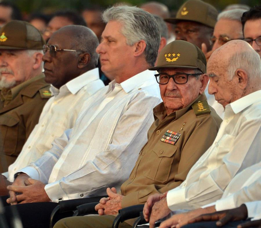 El primer secretario del Partido Comunista de Cuba, Raúl Castro (al centro), junto al presidente cubano, Miguel Diaz-Canel (al centro izquierda). (Agencia EFE) (semisquare-x3)