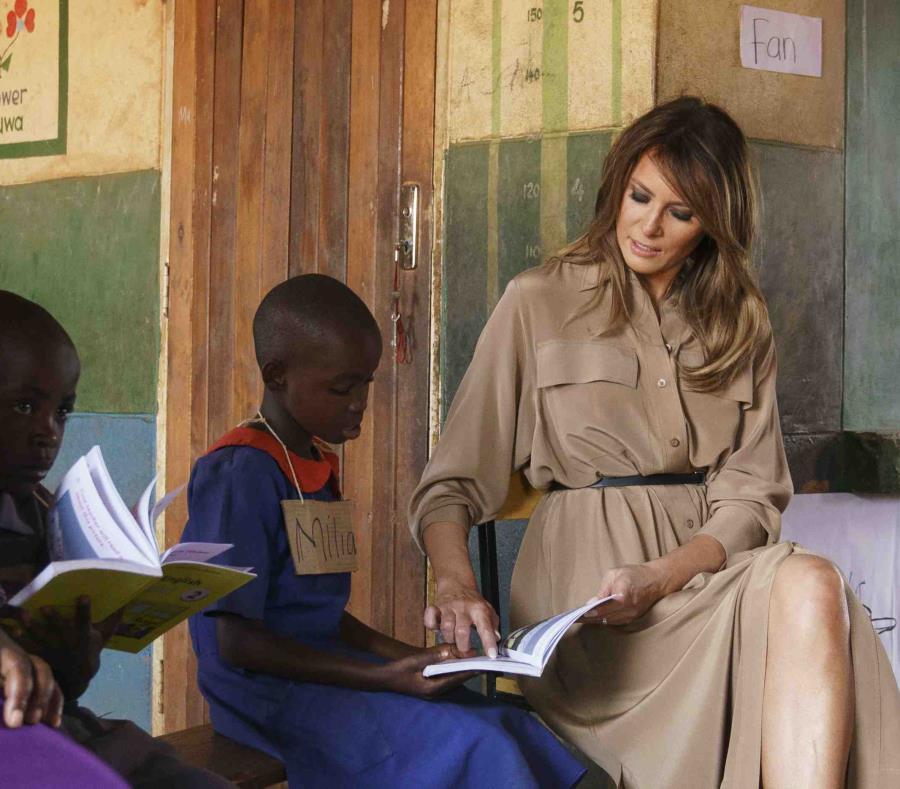 Melania Trump ayuda a una estudiante durante una clase de lenguaje en la escuela primaria de Chipala. (AP) (semisquare-x3)