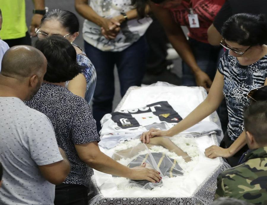 Familiares lloran a una de las víctimas de la matanza en la Escuela Estatal Raul Brasil durante un velorio colectivo en Suzano. (AP) (semisquare-x3)