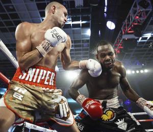 A José Pedraza no le gustó la revisión realizada en medio de la pelea contra Mikkel LesPierre