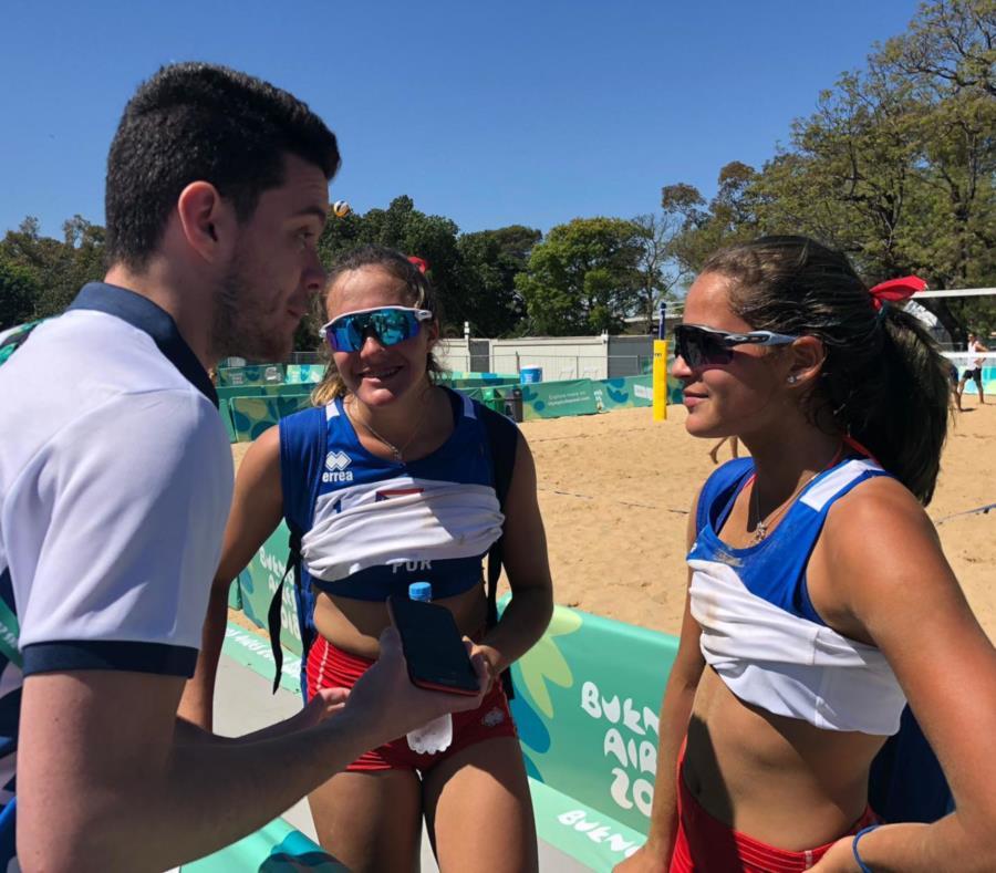 Allanis Navas (der.) y María González son entrevistadas luego de su victoria sobre Paraguay. (Suministrada) (semisquare-x3)