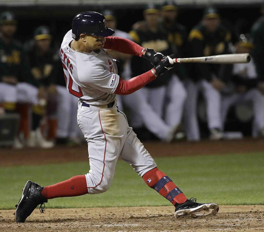 El jugador de los Medias Rojas de Boston Mookie Betts dispara un doble de dos carreras en el noveno inning (semisquare-x3)