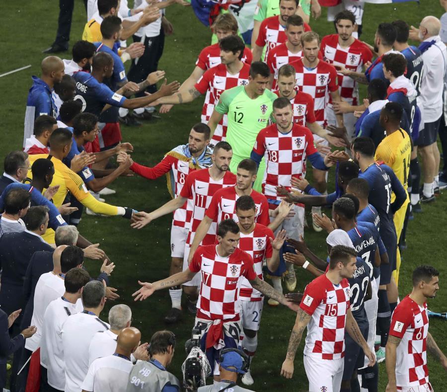 Los jugadores croatas chocan manos con el onceno francés al concluir el partido de campeonato de la Copa Mundial. (AP / Thanassis Stavrakis) (semisquare-x3)