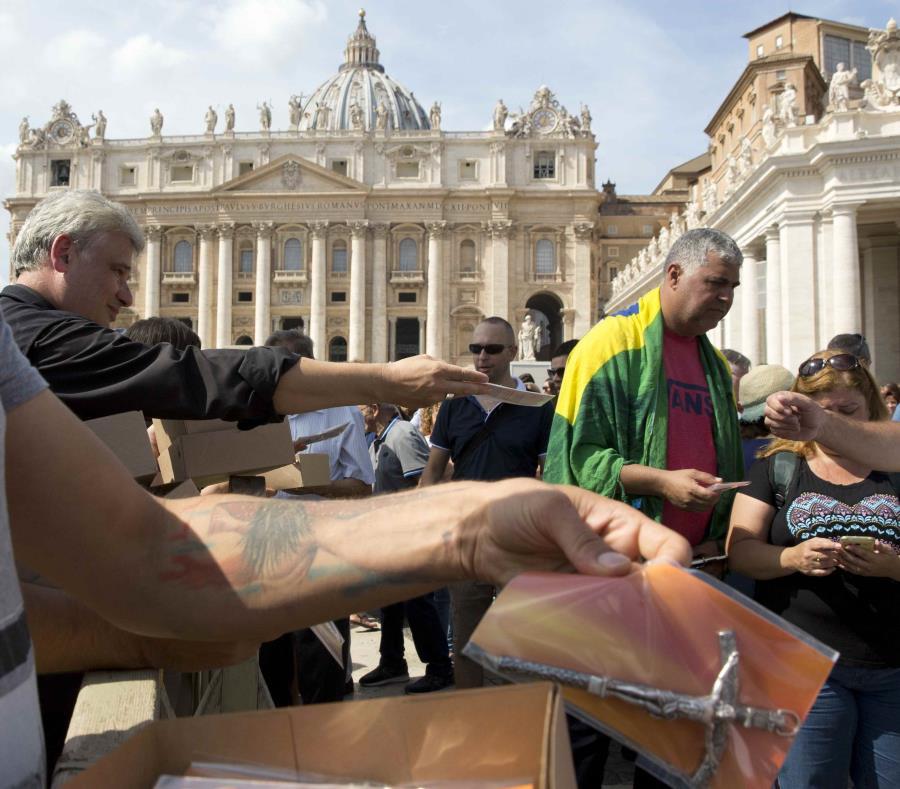 Entrega de crucifijos en la Plaza San Pedro. (AP) (semisquare-x3)