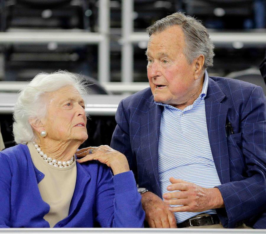 Barbara junto a su esposo, el ex presidente George H. W. Bush, en un evento en Houston el 29 de marzo del 2015. (AP) (semisquare-x3)