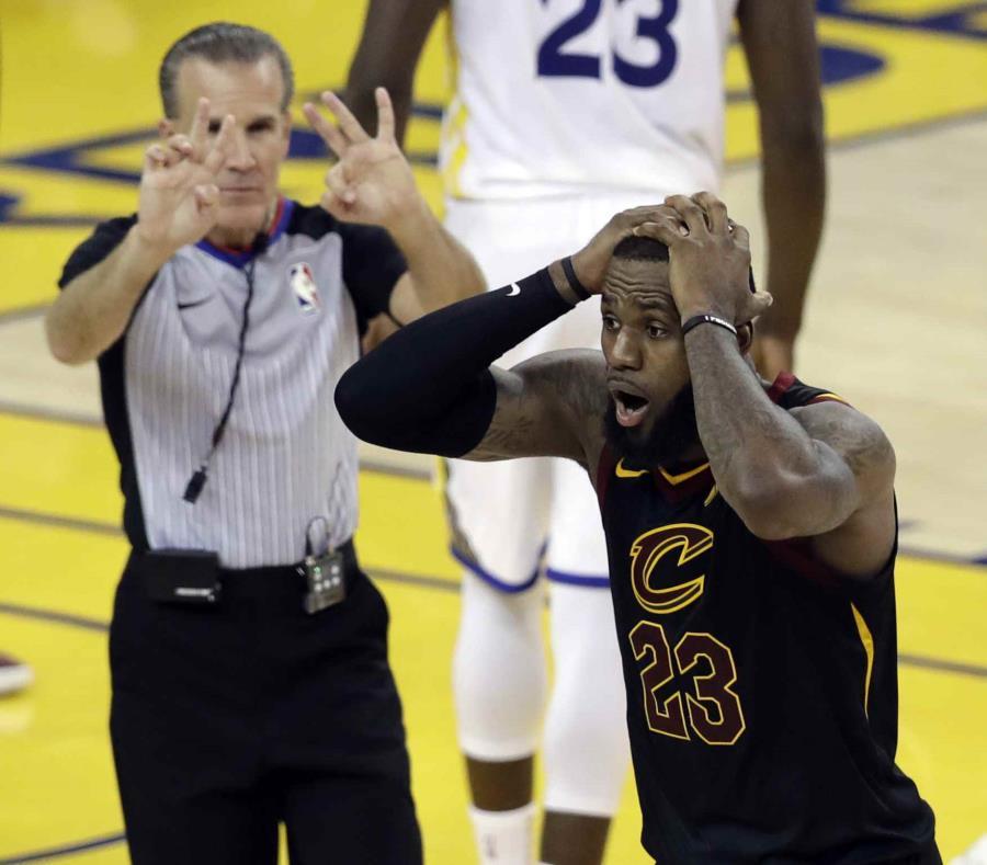 LeBron James reacciona asombrado tras una jugada en la segunda parte del primer partido de la final. (AP) (semisquare-x3)