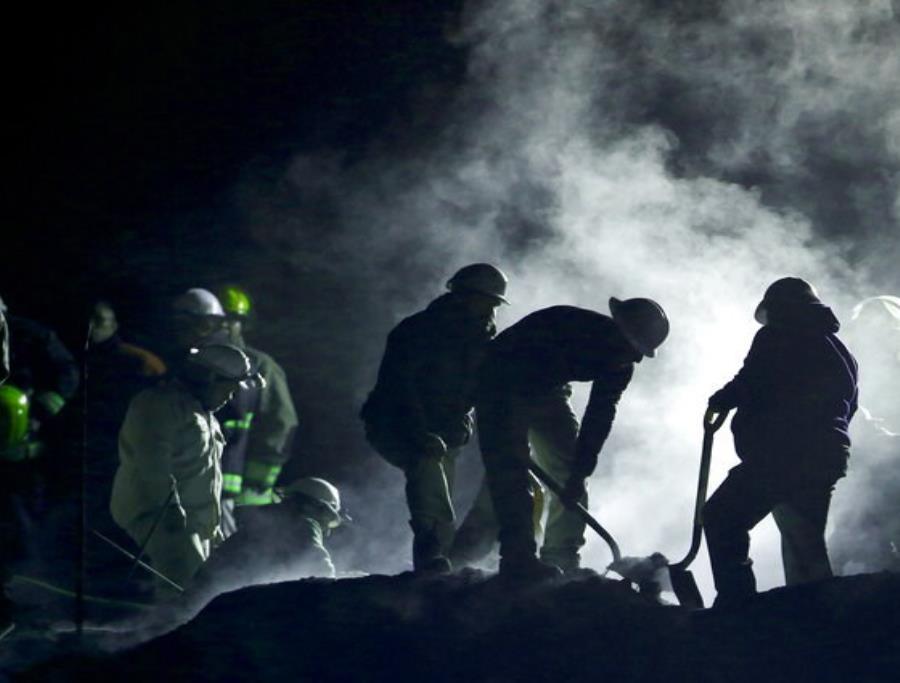 Personal de Pemex trabaja en la zona donde explotó una toma ilegal de gasolina en Tlahuelilpan, estado de Hidalgo, México (semisquare-x3)