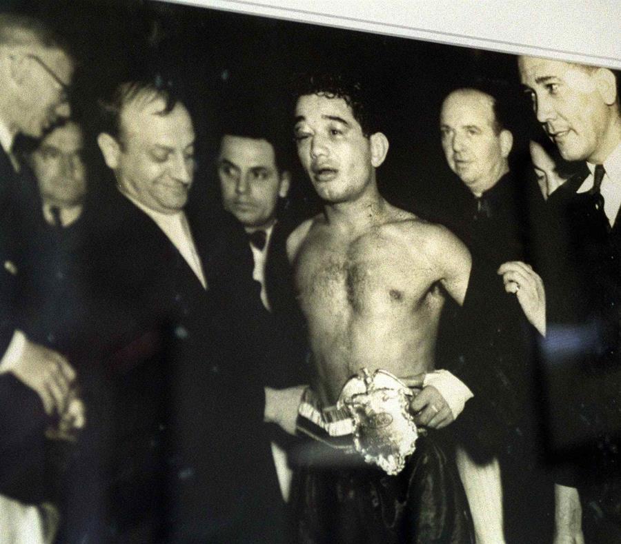 Escobar es reconocido con una faja de campeón. El boricua ganó su primera corona en 1934 en Montreal, Canadá. (Archivo) (semisquare-x3)